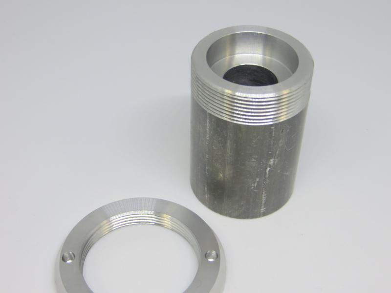 Peça em alumínio, com perfuração central, para indústria automóvel.